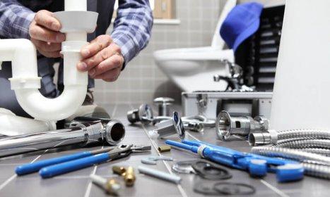 Podstawowy zestaw narzędzi dla hydraulika – co powinien zawierać?