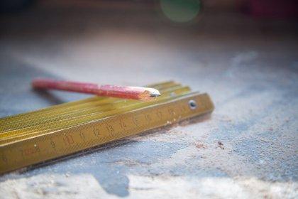 Jakie narzędzia i przybory pomiarowe wybrać do prac budowlanych?